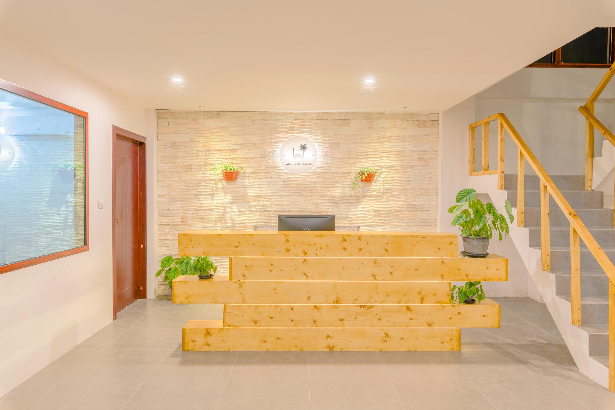 0013.wht-snd-dhigu-lobby